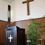 2017年2月26日(日)の倉敷水島教会の礼拝堂の講壇です。白竹でしょうか、旭東教会と同じですね。十字架が大きい。