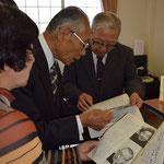 山田洋次監督と関田寛雄先生の対談があった『信徒の友』を囲んでの旭東教会での講演後の一場面。2015年11月22日(日)の午後3時頃。