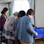礼拝後、集会室の角っこでは、ご家庭などから持参の野菜や夏みかんなどのミニバザー開催がいつものようです。