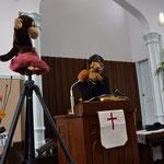 メッセージが始まりました。説教題は《あなたはどこにいますか》ですが、お馴染みのリスくん、そして、神さま役?のお猿君と共に森牧師。