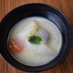 じゃーん。瀬戸内海を越えて香川県のある地域で一般的なお雑煮がこちらです。白味噌にあん餅。色の具合が引き立つように、青のり、人参も必須。わたしは大好きです。