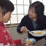 秀子さんの心配りで少年は大根餅を頂きます。