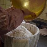 もち米の準備が整います。毎年お宅でも餅つきを続けているという艶子さん。手際よくお仕事を進めます。