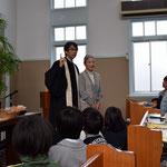 満智子さんを歌に合わせて歓迎・紹介中。この時の歌は、子ども祝福の時に、みんなで歌う曲でした。