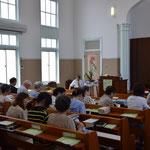2016年7月31日(日)の旭東教会礼拝開始前 前方左に、古谷正仁(まさよし)先生