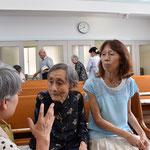 インタビュー終了後、広島の核爆弾の関連のことを質問に来られた清美さん。