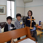礼拝開始前、十字架をもってきょうは入場だよ、の声に備えているこどもたち。