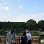 岡山後楽園の小高い丘より 夏の夕べです。翌日から、夏の特別なライトアップが始まるそうです。ビアガーデン付きとのこと。