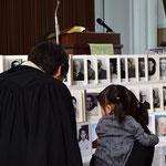おじいちゃまの一成さんの写真を見ているのは、はーちゃん2年生・かのちゃん2歳の姉妹。
