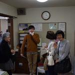 手前の亮子さんのお手々が気になります。やはりここでも笑いが広がります。