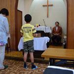 こどもの礼拝の献金のお祈りは少年が担当していました。