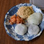 きなこ餅もあります。キムチは本場韓国の方が仕込んでのもの。見事なお味です。