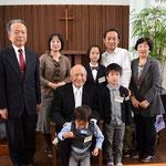 寿先生、ご子息夫妻、そのお嬢さんとご家族・・・・・つまり、四世代のご一家の記念の一枚を。一番下のはるチャンがしっかり前を向いている写真もございますが、こちらもかなりいい感じなので(^^♪