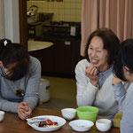 安佐子さんも大笑い。左の方も笑ってます。お腹をよじらせて。