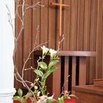1月29日(日)の献花 雅代さんによるいつも通りのものながら美しい。安保さんには、花器は教会員の明美さん創作の備前焼ですと伝えしました。