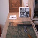 Plaque de lino , gouge et rouleaux - au fond plaque de cuivre -