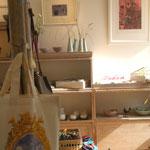 Vu d'ensemble de l'exposition -au premier plan : sac oiseau imprimé en sérigraphie de Takako Hirano