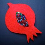 Hava Niknam - broche grenade rouge - feutrine - perles -10cm