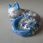 Céramique - chat couché - motifs floraux -