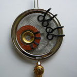 Sarah Najand - pendentif - passoire -  peinture - objets diverses