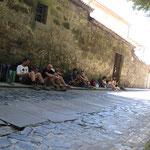 Pilger vor der Franziskaner Herberge in Santiago.