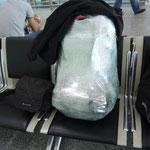 Mein Rucksack eingepackt in Frischhaltefolie vor dem Einchecken.