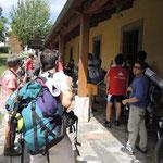 Pilger vor der Herberge in Baamonde.