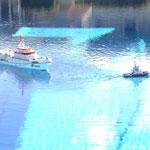 """der Seenotrettungskreuzer """"SAR"""" wird vom Hafenschlepper in den Hafen geschleppt"""
