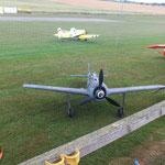 die gelbe Maschine im Hintergrund ist eine PZL-106 Kruk, DDR-Agrarflugzeug
