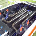 großer Katamaran mit 4 Benzin-Motoren und den jeweiligen Resonanzauspuffanlagen
