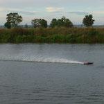 die Alpha rast mit 80 km/h übers Wasser