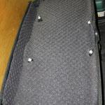 Пластиковая обшивка задней двери проклеена материалом Шумофф Герметон А15