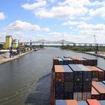 Containerschiff vor der Eisenbahnhochbrücke Rendsburg