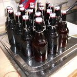 Das Bier hat jetzt drei Wochen bei Garagentemperatur (so bei 3-6 Grad) gelagert - 4 Wochen nach der Abfüllung. Noch einmal die Flaschen abgewaschen.