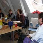 Geschichtenfischerin Anja Ackermann führt uns in unsere Schreibaufgabe ein.