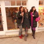 Mit Antje Szillat und Gabriella Engelmann vor der Buchhandlung Koxinel in Sarstedt. Im Hintergrund freut sich die Buchhändlerin Claudia Duval auf zwei tolle Lesungen von Antje und Gabriella.