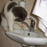 Соня играет с водой