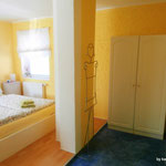 Schlafbereich mit Doppelbett und Schränken