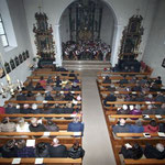 Vollbesetze Sitzreihen in der Aasener St-Blasius Kirche