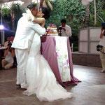 Pastel para boda de fondantnovios abrasandose