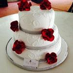 Pastel para boda de fondant 3 pisos con flores rojas