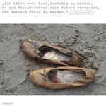 """Foto von Schuhen mit Satz aus """"Die zertanzten Schuhe"""""""