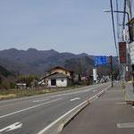 岩島駅を出たら国道145号をまっすぐ西に向かいます。国道沿いの吾妻川を上流に遡る道もあります。