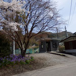 JR吾妻線岩島駅。駅前に駐車場、公衆トイレ、蕎麦屋、農産物直売所があります。コインロッカーはありません。