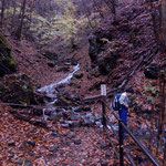 鹿飛橋から山道を歩く方は、所々で沢を渡りますので、足元には十分気を付けてください。