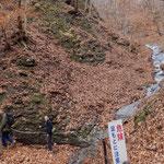 大曲の滝。葉の出ていない早春や晩秋に歩くと、岩崖の迫力に圧倒されます。