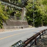 2014年9月末まであった吾妻線の線路が進行方向右手にあります。日本一短い電車のトンネル「樽沢隧道」もあります。