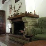 Kamin und Rotwein im andalusischen Winter