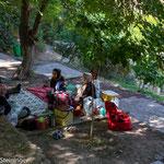 friedlches Picknic im Klostergarten
