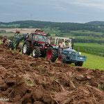 Dampf -Traktor pflügt